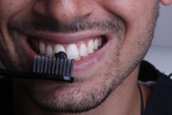 13 روش ارزان و خانگی برای سفید کردن دندان ها
