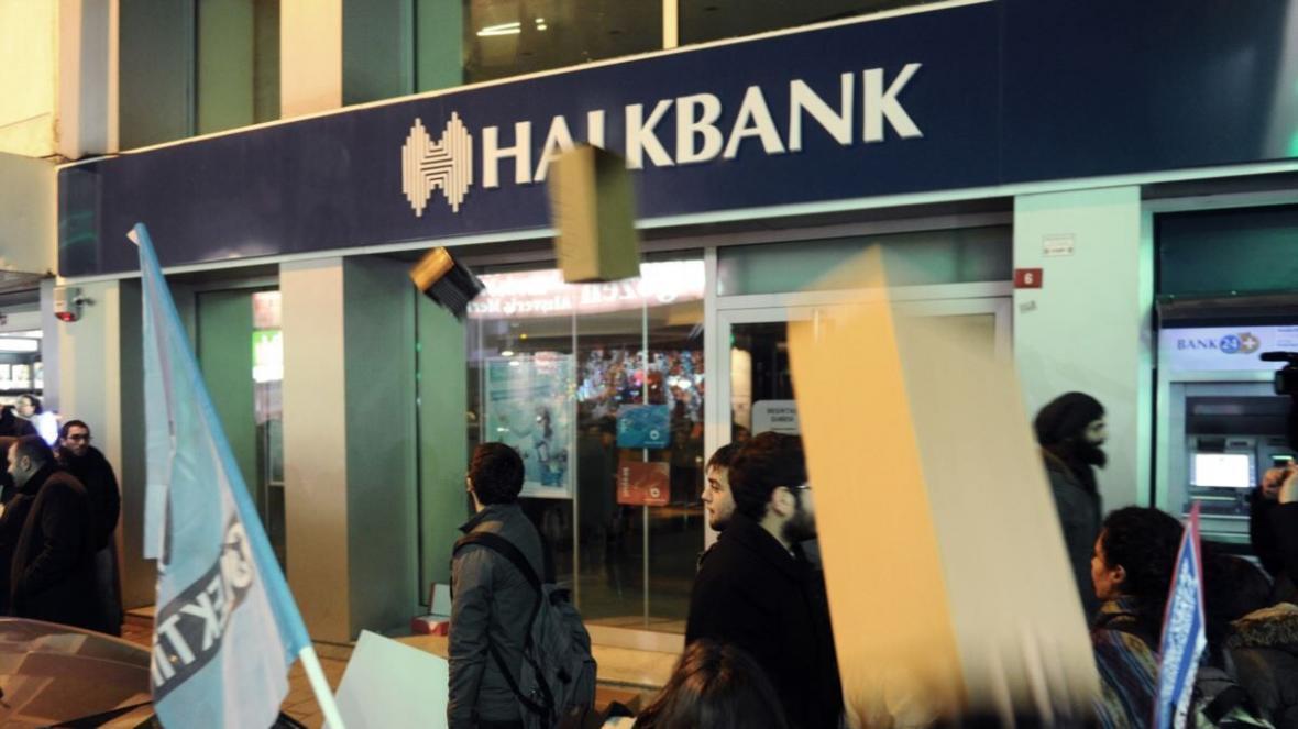 خبرنگاران هالک بانک ترکیه به دنبال برکناری قاضی آمریکایی